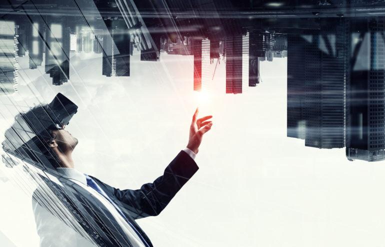 aplikacje AR - mężczyzna w goglach Ar korzystający z aplikacji rzeczywistości roszerzonej